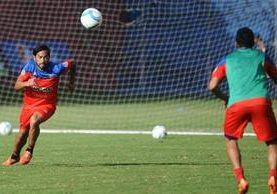 Carlos Ruiz, durante el entrenamiento rojo de este jueves. (Foto Prensa Libre: Francisco Sánchez)