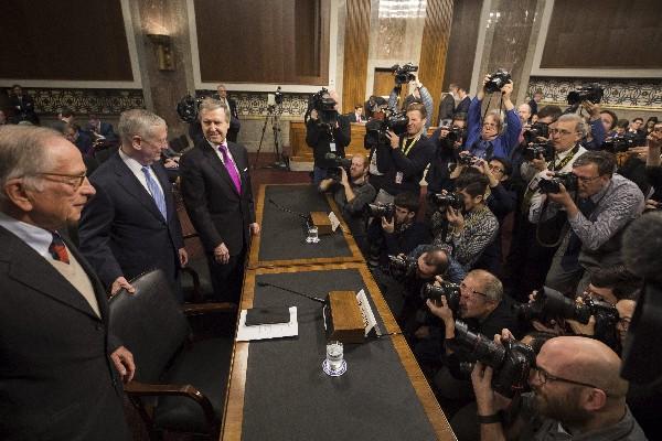 ames Mattis (c-i) se prepara para testificar en su audiencia del Senado.(EFE).
