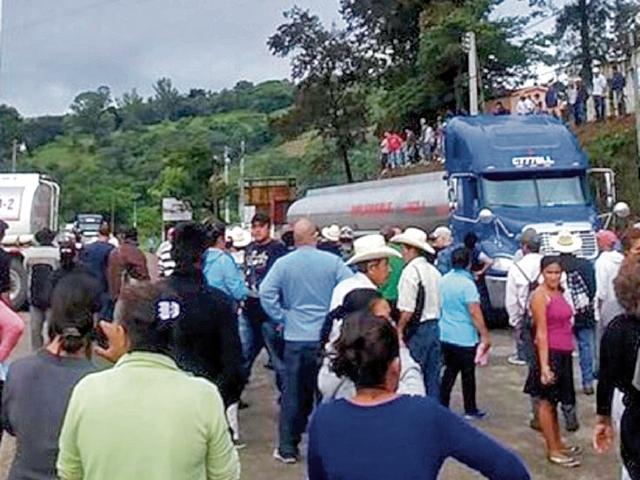 Vecinos de Casillas bloquearon el paso de camiones y automóviles hacia la mina San Rafael.