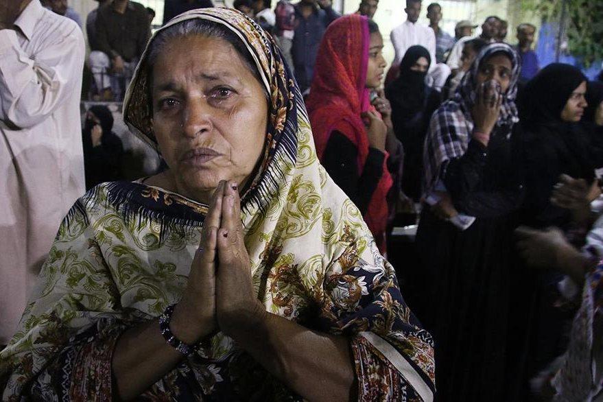 Una mujer llora la muerte de un familiar en el atentado. (Foto Prensa Libre: EFE).