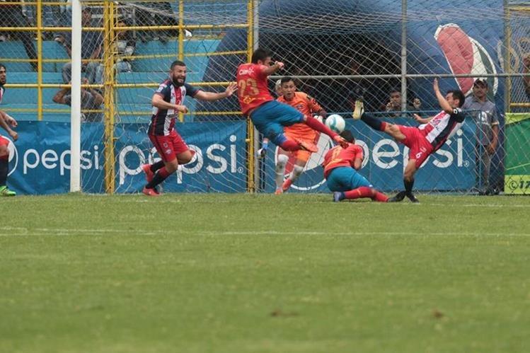 Carlos Kamiani Félix dispara al arco en el gol que fue invalidado por López. (Foto Prensa Libre: Norvin Mendoza)