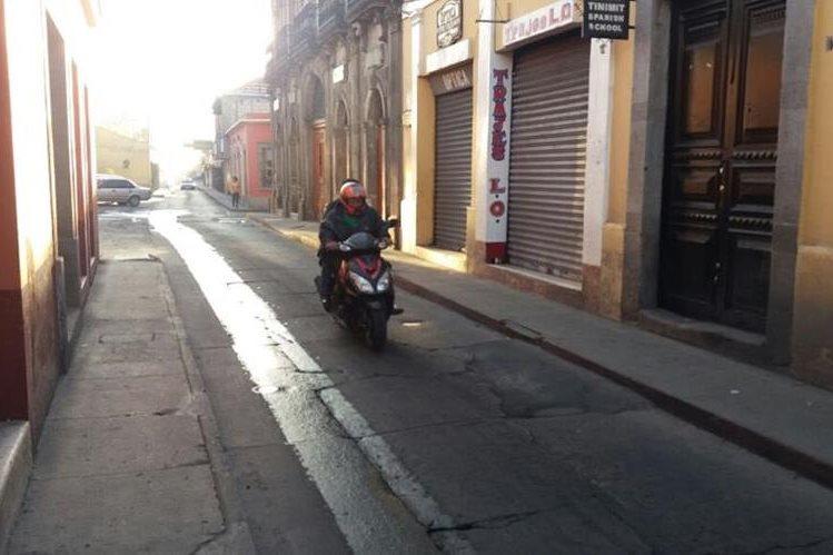 Pobladores de Xela salieron abrigados de sus viviendas, debido a la baja temperatura. (Foto Prensa Libre: María José Longo)