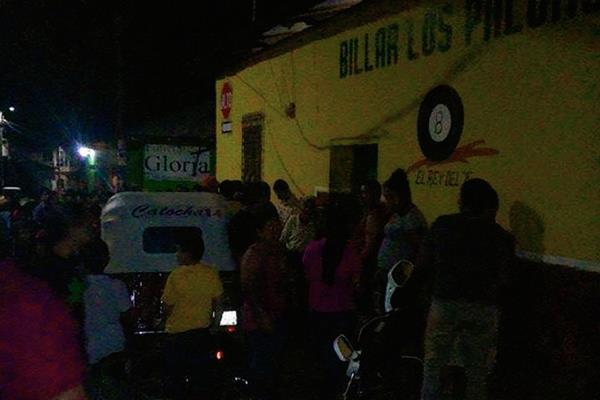 Vecinos del centro de Santa Catarina Mita, Jutiapa, se aglomeran enfrente de un billar, donde murió un hombre a balazos. (Foto Prensa Libre: Óscar González)