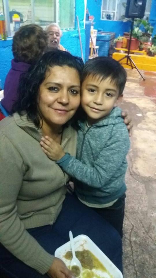 Lety Mora junto a su sobrino Santiago, una de las víctimas mortales del terremoto en México (Captura de Pantalla Facebook).