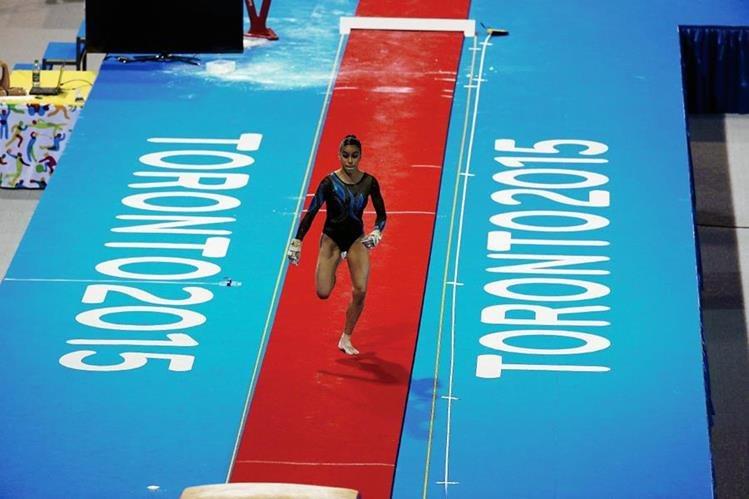 Sofía Gómez en el momento que ejecuta la prueba de salto al potro en los Juegos de Toronto. (Foto Prensa Libre: COG)