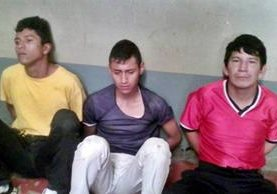 Los tres apresados en Coatepeque, Quetzaltenango, sindicados de asalto. (Foto Prensa Libre: Alexánder Coyoy)