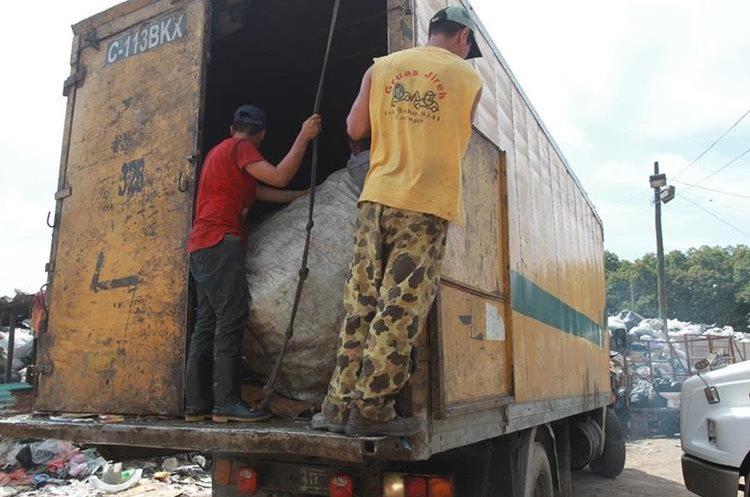 Recolectores de basura sufren de extorsión desde agosto de este año. (Foto Prensa Libre: Estuardo Paredes)