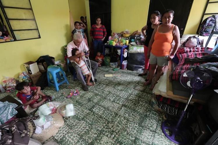 Jessica y Jorge se sienten afortunados por estar con vida después de decidir evacuar la zona de riesgo. (Foto Prensa Libre: Javier Lainfiesta)