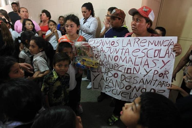 Los padres de familia exigen la destitución de la junta escolar. (Foto Prensa Libre: Esbin García)