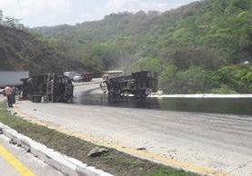 Tráileres vuelcan en el km 35 de la ruta al Atlántico, donde autoridades de Tránsito trabajan para restablecer el paso de vehículos. (Foto Prensa Libre: Provial)