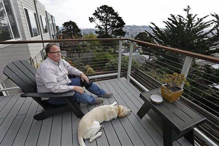 Ilustración. Algunos activistas se oponen a que los perros estén en la misma área donde comen los humanos.(Foto Prensa Libre: AP).