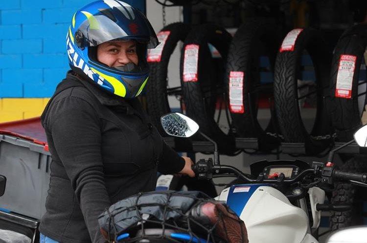 Las mujeres suelen viajar equipadas con casco cuando conducen moto. (Foto Prensa Libre: Estuardo Paredes)