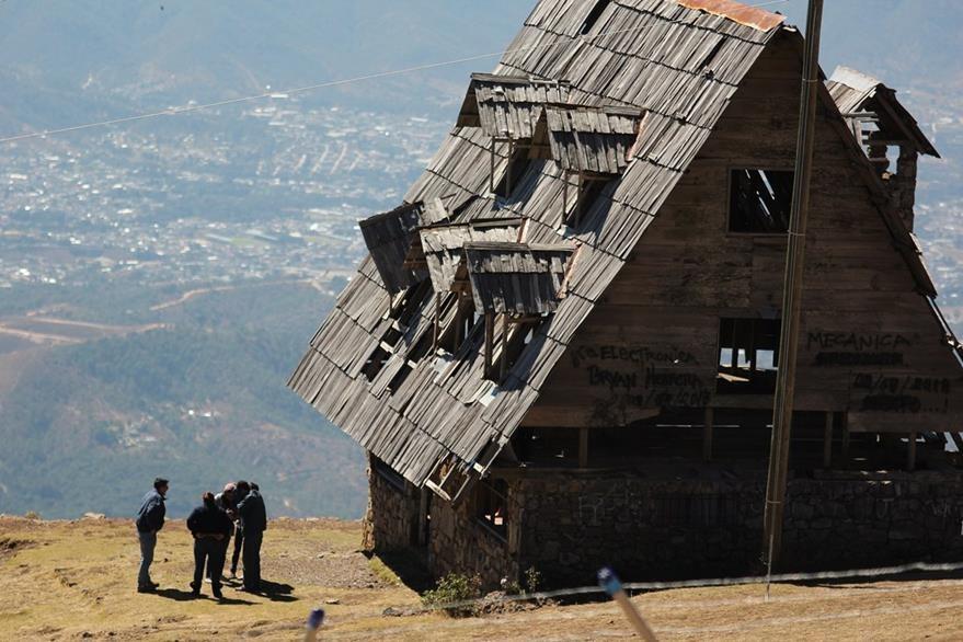 La otra cabaña tiene algunos daños y también podría colapsar. (Foto Prensa Libre: Mike Castillo)