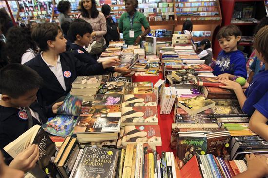 Niños y adultos llegan a buscar sus títulos favoritos. (Foto Prensa Libre: www.critica.com.pa)