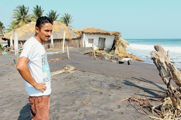 Un vecino damnificado observa viviendas destruidas por las olas del mar, en la aldea La Barrona, Moyuta, Jutiapa. (Foto Prensa Libre: Óscar González)