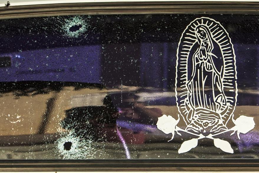 El vidrio delantero de uno de los vehículos involucrados en el enfrentamiento. (Foto Prensa Libre: AP)