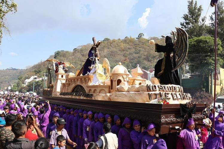 La procesión de Jesús Nazareno de Santa Inés del Monto Pulciano y la venerada imagen de la Virgen de Dolores, salió a las 13 horas y regresará a las 23. (Foto Prensa Libre: Julio Sicán)