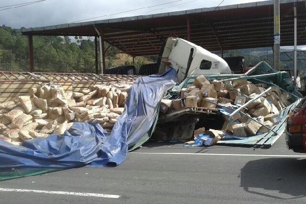 Tráiler  chocó con camión, en Sacatepéquez.
