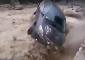 Vehículo queda semidestruido luego de haber sido arrastrado por un alud en Perú, donde se han registrado decenas de muertos por inundaciones. (Foto Prensa Libre: Facebook Clarín)