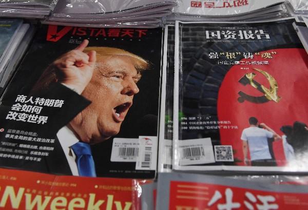 En un kiosco de una librería de Pekín se exhibe una revista con la portada de Donald Trump. (AFP).