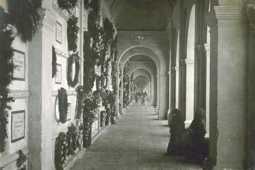 Las galerías de sepulturas del Cementerio General, originalmente contaban con lujosos techos abovedados. (Foto Prensa Libre: Cortesía Museo Nacional de Historia de Guatemala).