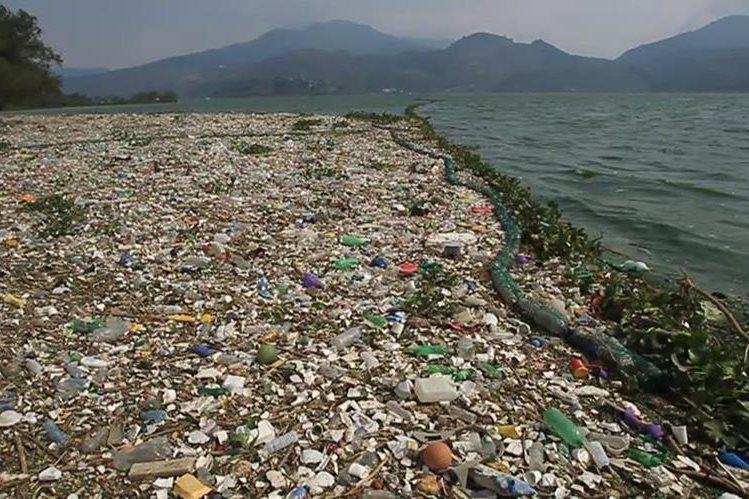 Toneladas de basura desembocan en los ríos y lagos del país. (Foto Prensa Libre: Hemeroteca PL)