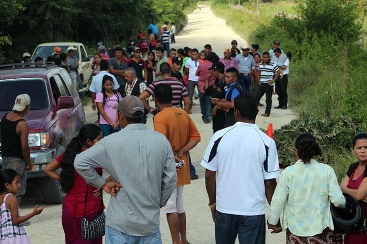 Autoridades y vecinos de San Andrés, Petén, observan cadáver de finquero. (Foto Prensa Libre: Antonio Romero)