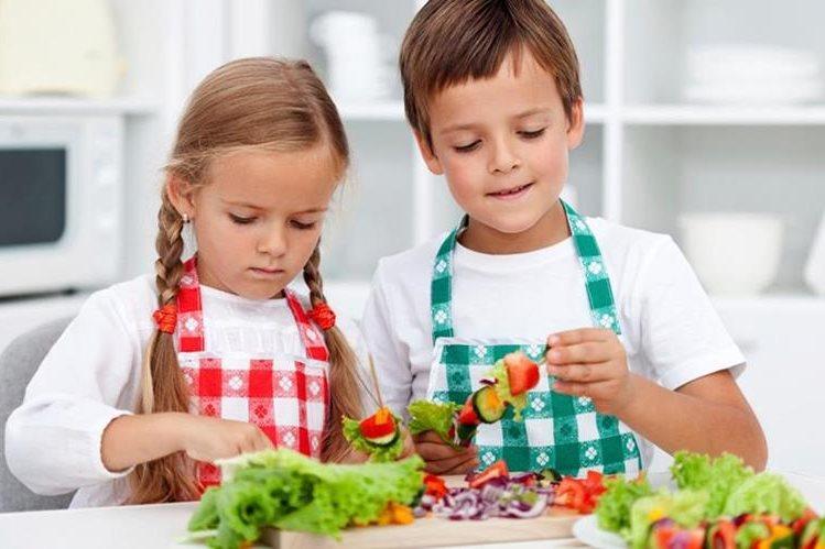 Los niños pueden aprovechar estas vacaciones para conocer los alimentos más saludables prepararlos junto a los padres.