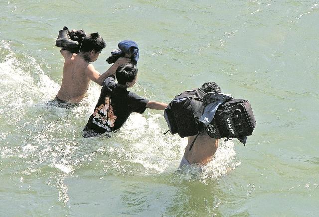Centroamericanos se arriesgan al cruzar el río Suchiate hacia el lado mexicano y luego continuar su camino a Estados Unidos. (Foto Prensa Libre: Hemeroteca PL)