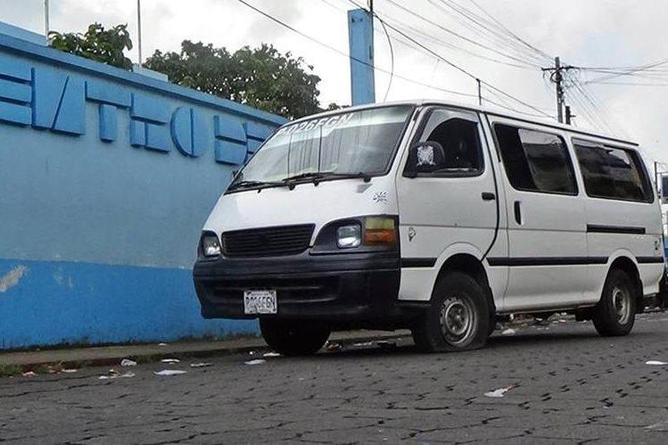 Microbús que conducía Josué Danilo Barrios Loarca es resguardado por agentes de la PNC en Coatepeque, Quetzaltenango. (Foto Prensa Libre: Alexánder Coyoy)