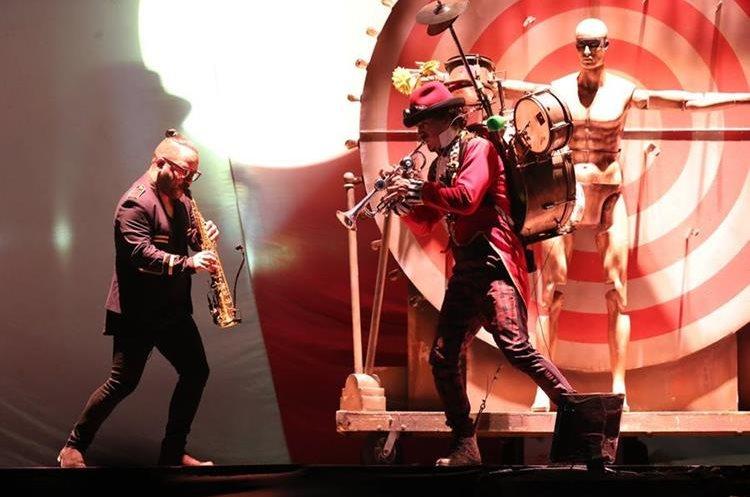 Pancho Toraya interpreta junto a los músicos en Cardales de Cayalá