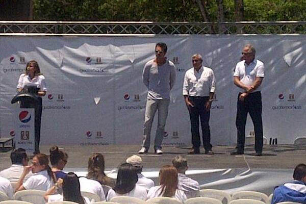 Ricardo Arjona durante el acto oficia en la aldea El Porvenir, en el 2014. (Foto Prensa Libre: Hemeroteca PL).