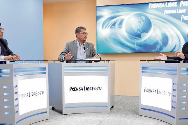 Marcio Palacios —centro— conversa con los periodistas Manuel Hernández y Álex Rojas.