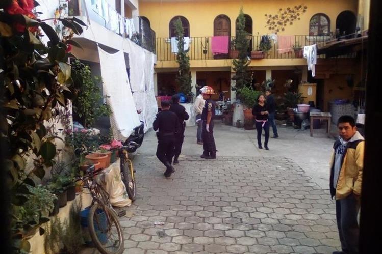 Agentes policiales resguardan vivienda donde se localizaron cadáveres de una pareja en Santa Lucía Milpas Altas. (Foto Prensa Libre: Renato Melgar)