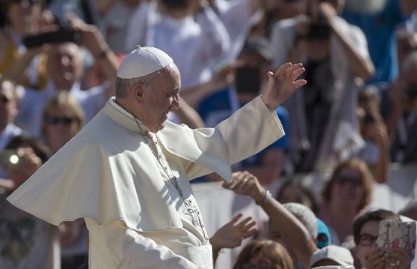 Francisco saluda a la feligresía presente  en la Plaza de San Pedro.