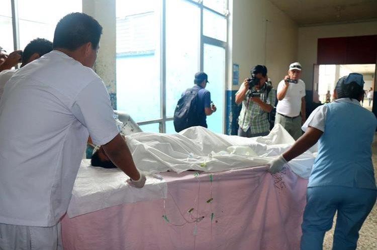 Rubelbi Miranda, al momento que es ingresado al Hospital de Retalhuleu. (Foto Prensa Libre: Rolando Miranda)