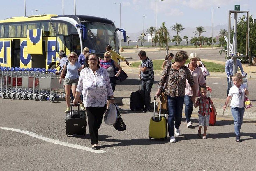 Turistas a su llegada al aeropuerto de Sharm el-Sheij (Egipto), buscan regresar a Reino Unido. (Foto Prensa Libre: EFE).