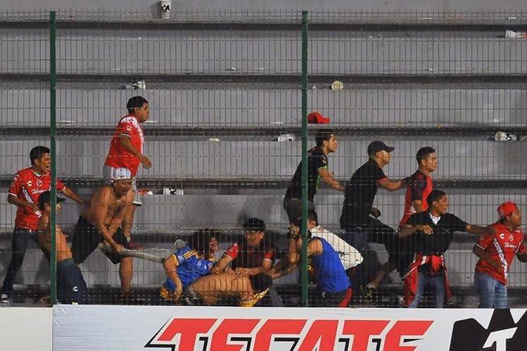 Aficionados del Veracruz y Tigres se vieron envueltos en una trifulca en los graderíos del estadio Luis Pirata Fuente. (Foto Prensa Libre: AFP)