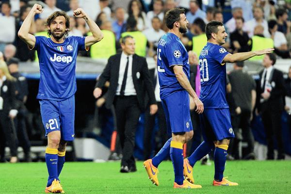 De la mano de Andrea Pirlo, que este martes cumple 36 años, la Juventus busca el triplete. (Foto Prensa Libre: AFP)