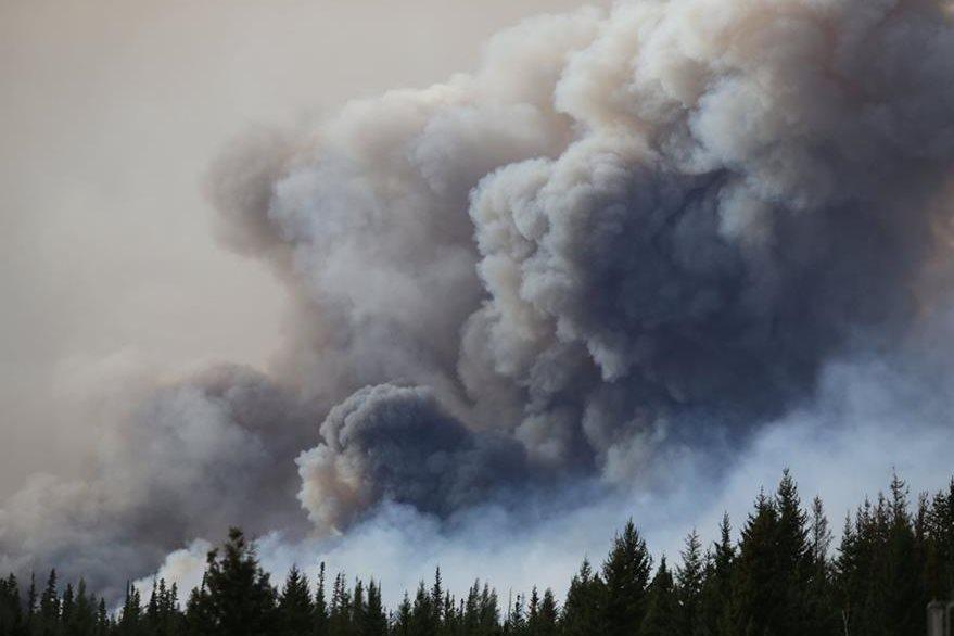 Una inmensa columna de humo se observa en Fort McMurray. (Foto Prensa Libre: AFP).