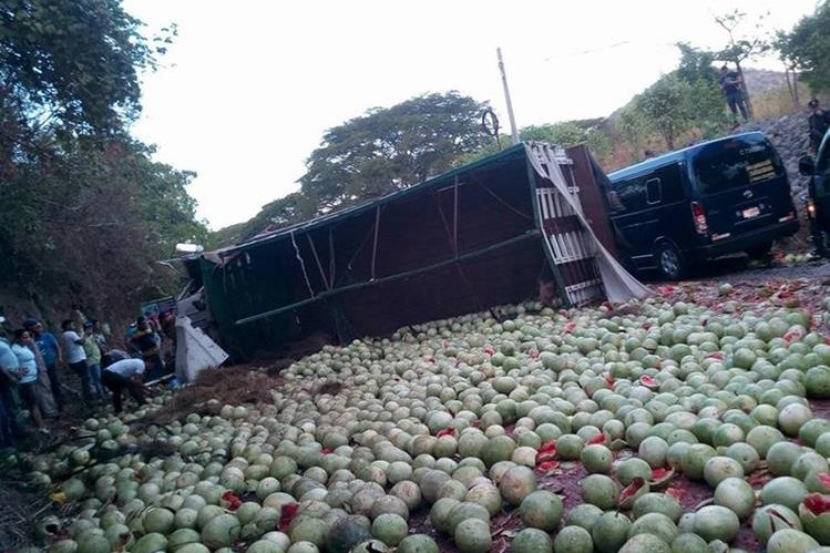 Camión que volcó en el kilómetro 143 de la ruta a El Salvador, Asunción Mita, Jutiapa. (Foto Prensa Libre: Óscar González)