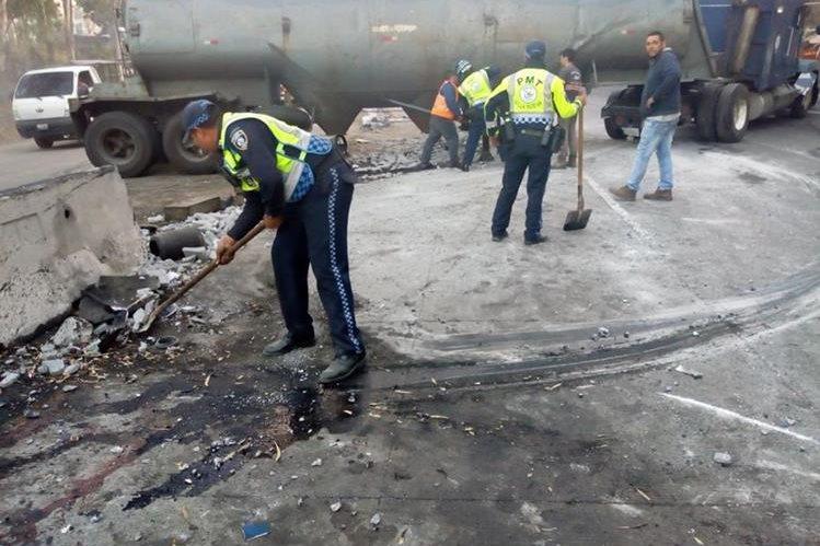 Retiran tráiler que chocó contra separadores viales en el kilómetro 13 de la ruta al Pacífico, bajada de Villalobos. (Foto Prensa Libre: Dalia Santos).