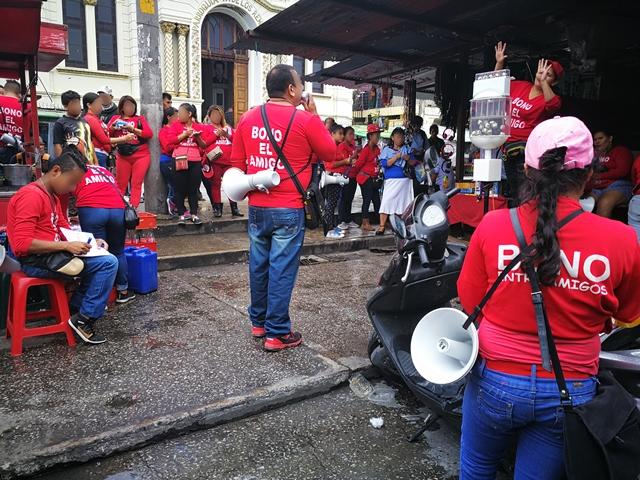 Vendedores en la 18 calle, zona 1, ofrecen grandes cantidades de dinero en sorteos de lotería. (Foto Prensa Libre: Redacción)