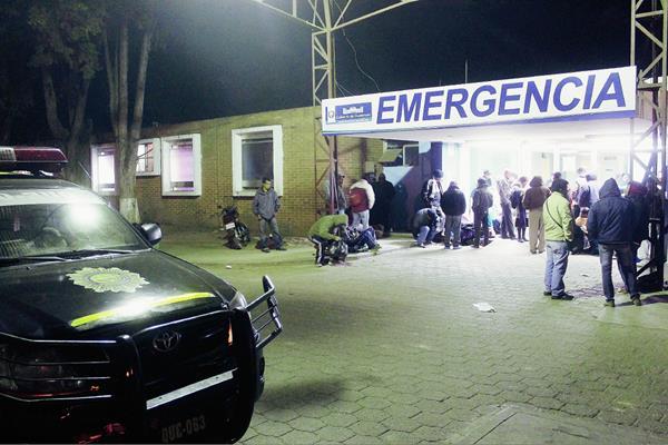 Un hombre  baleado cerca de la Comisaría 41 de la PNC fue llevado al Hospital Regional de Occidente, pero falleció  en el camino debido a la gravedad de las heridas. (Foto Prensa Libre: Carlos Ventura)