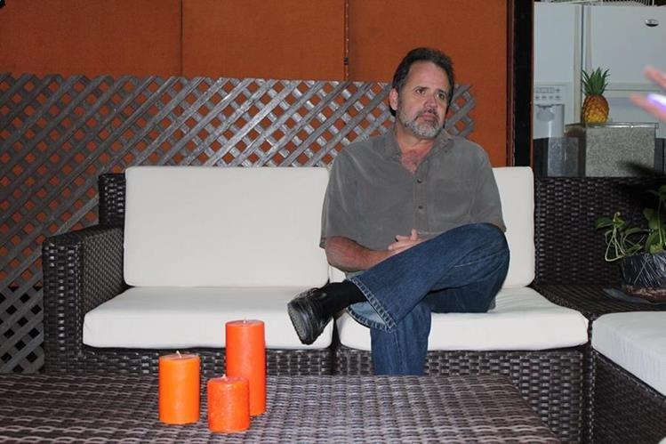 Emprendedor convierte el plástico reciclado en muebles