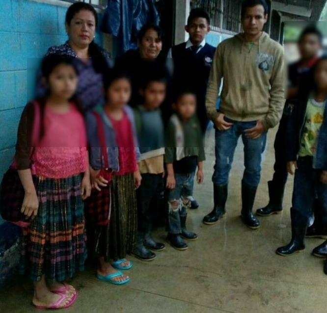 Niños de la escuela de Nachuwa, Tamahú, Alta Verapaz, asisten a clases bajo la lluvia. (Foto Prensa Libre: Ada Wellman)