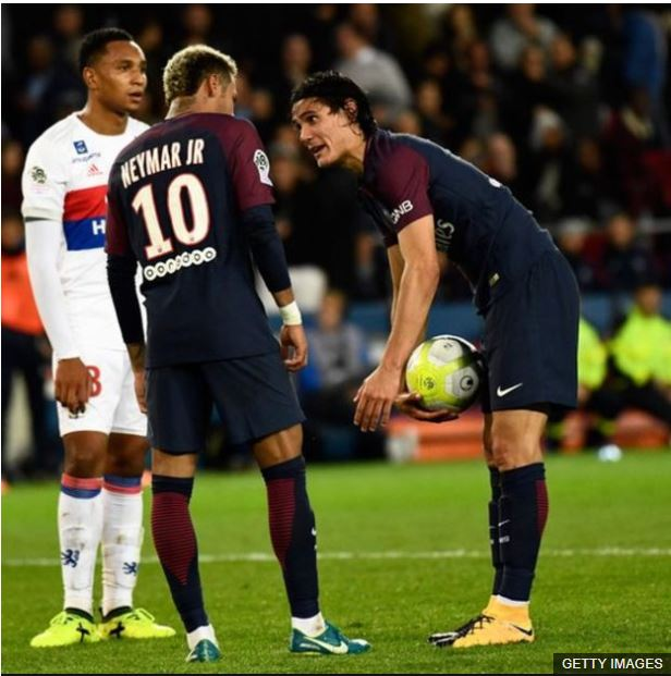 Cavani y Neymar discuten antes que el uruguayo fallara el penalti frente al Lyon.