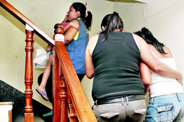 Personal de la PGN acompaña a menores supuestamente abusadas, en el Juzgado de Paz de San Andrés Villa Seca. (Foto Prensa Libre: Rolando Miranda)