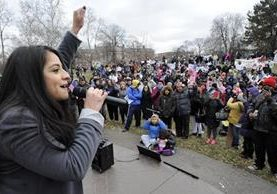 """Adriana Alvarez da un discurso a los inmigrantes durante """"Un día sin inmigrantes"""".(Foto Prensa Libre:AP)."""