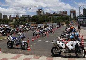 Fotografía de algunas motocicletas durante el segundo día de revisiones técnicas del Rally Dakar 2017, en Asunción, Paraguay. (Foto Prensa Libre: EFE).
